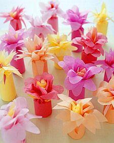 Centros de mesa sencillos con flores de papel