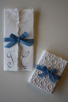 """partecipazione di nozze e """"bomboniera"""" realizzati con carta di riciclo fatta a mano ( Manolibera)"""