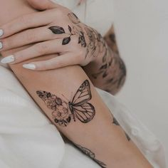 Tattoo Designs Beautiful tattoos via Rose And Butterfly Tattoo, Unique Butterfly Tattoos, Flower Tattoos, Butterfly Sleeve Tattoo, Butterfly Tattoo Designs, Monarch Butterfly, Body Art Tattoos, Small Tattoos, Tatoos