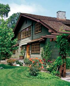 design exterior The Eclectic Architecture of Claremont, California The 1903 Darling House, designed by California's famed architect brothers Charles and Henry Greene, is in the Arts & Crafts style with Swiss chalet influence. Craftsman Exterior, Craftsman Style Homes, House Paint Exterior, Craftsman Bungalows, Exterior Paint Colors, Exterior House Colors, Exterior Design, Roof Design, House Design