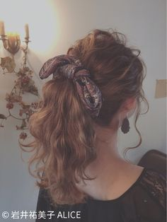 You might have heard the old expression about your hair being the crowning glory of your appearance. Either way, if you are looking for tips on how to style wavy hair, it is because yo… Scarf Hairstyles, Pretty Hairstyles, Jugend Mode Outfits, Hair Arrange, Fresh Hair, Grunge Hair, Bandeau, Hair Dos, Wavy Hair
