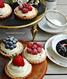 Tartaletki z dżemem i kremem waniliowym - Mała Cukierenka Cute Desserts, Dessert Recipes, Cheesecake Pops, Happy Foods, Polish Recipes, Food Cravings, Love Food, Food And Drink, Favorite Recipes