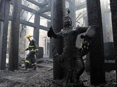 Troublante image que cette statue carbonisée dans le Kandawgyi Palace Hotel réduit en cendres par un violent incendie, jeudi 19 octobre. Un pompier marche dans les décombres de ce qui fut l'un des plus beaux palaces de Rangoun, en Birmanie. L'origine du feu qui a dévoré cet hôtel entièrement construit en teck est encore inconnue.  Thein Zaw/AP/SIPA