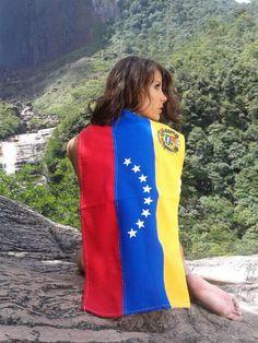 Estefanía Fernandez miss Universo venezolana posando con la bandera.