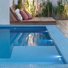 No projeto dessa área externa, o revestimento de pastilhas da piscina ultrapassa a borda. A ideia foi criar um espaço confortável e fresco para quem quiser ficar sentado do lado de fora da piscina. #sadalagomide #projetosadalagomide @jatobapastilhas