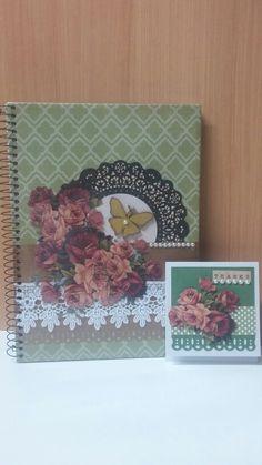 Caderno e cartão em scrapbook
