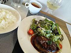 ワイン食堂きらくに@新宿三丁目。休日のランチにワインをつけて、1,150円。ソースは甘め。サービスは気持ちいい。  https://s.tabelog.com/tokyo/A1304/A130401/13199894/
