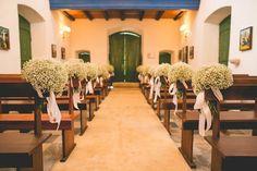 Cerimônia de casamento na capela com decoração em bouquets de gipsofila. Fotografia: Paulo e Diego Kiki