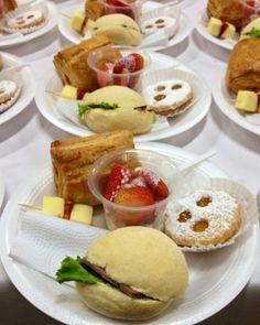 Refrigerio / brunch - mini sandwich de roastbeef / mini pastel de pollo / mini pincho de queso y chorizo español / galleta de ojos / fresas con crema