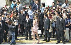 東京・渋谷のスクランブル交差点を歩くミランダ・カーさん。「たかの友梨ビューティクリニック」の新CMが大型ビジョンに映し出され、CMキャラクターを務める本人が登場した(2014年04月04日) 【時事通信社】