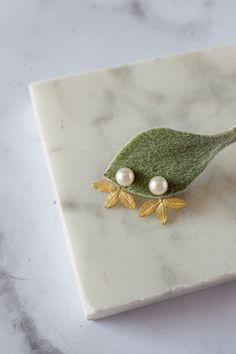 Sono felice di condividere l'ultimo arrivato nel mio negozio #etsy: Coppia di jacket earrings in oro verde 18k con perle bianche e foglie di rosa. #perle #gioiellisposa #mygoldenage #orecchiniperle #gioiellifoglie Bridal Jewelry, Pearl Earrings, Brooch, Pearls, Pink, Green, Bridal Bridal Jewellery, Beaded Earrings, Beading
