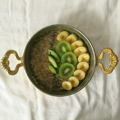 Swanni hat ihr Frühstück diese Woche wieder besonders schmackhaft angerichtet: Porridge mit selbst gemachtem Dattelsirup, darauf Banane, Avocado, Chia-Samane und Kiwi.