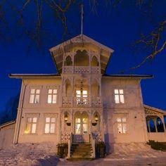 Sveitserhus ca 1840-1920 Norwegian House, Scandinavian Cottage, Norway, Mansions, Architecture, House Styles, Home Decor, Arquitetura, Decoration Home