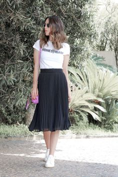 Combining these two pieces - midi skirt and sneakers - is no longer a trend as it has become a class Midi Skirt Outfit, Black Midi Skirt, Simple Summer Outfits, Spring Outfits, Outfit Summer, Mode Outfits, Casual Outfits, Easy Outfits, Dress Casual