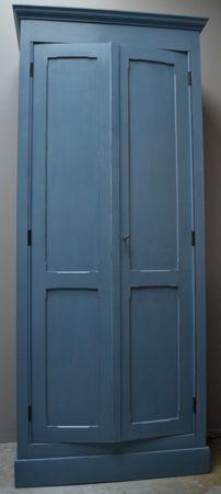 Niet alleen voor de keuken, maar ook leuk op de kinderkamer. Brocante hoge tweedeurskast. Geschilderd in oud blauw. Cedante.nl