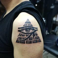 Tatuagem olho de Horus: conheça seus significados e inspire-se Gas Mask Art, Masks Art, Eye Of Ra Tattoo, Hieroglyphics Tattoo, Pyramid Eye, Egyptian Tattoo, Triangle Eye, Eye Circles