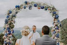 Arco de flores para casamento. Penteado com flores noiva