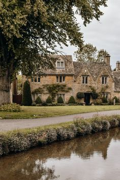 Looking for the prettiest places to visit in England? Here is a guide to the most beautiful villages in The Cotswolds which every tourist to the UK should make sure to add to their list. Lofoten, Yorkshire Dales, Yorkshire England, Beautiful Buildings, Beautiful Places, English Village, British Countryside, English House, Road Trip