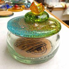 Cajitas de primavera!! Ya va saliendo esta colección  100% #hechoamano con ❤️ Marble, Glass Bottles, Atelier, Studio, Crates, Spring, Hand Made, Granite, Marbles
