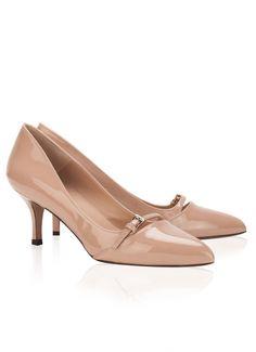 Pura Lopez Estile- Zapatos con punta fina y tacón medio. Realizados en charol nude. Tira en pala con cierre de hebilla.