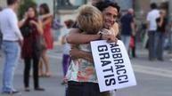 ▶ Free Hugs - Con la musica nel cuore - Video Dailymotion