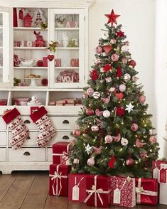 Are you looking for ideas for farmhouse christmas tree? Check out the post right here for perfect farmhouse christmas tree pictures. This specific farmhouse christmas tree ideas seems completely amazing. Elegant Christmas Trees, Traditional Christmas Tree, Ribbon On Christmas Tree, Christmas Tree Design, Christmas Tree Farm, Christmas Tree Themes, Noel Christmas, Rustic Christmas, Classic Christmas Decorations