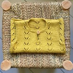 Knitting For Kids, Baby Knitting Patterns, Baby Patterns, Homemade Baby Clothes, Baby Barn, Crochet Baby Cardigan, Baby Vest, Diy Crafts For Gifts, Baby Warmer