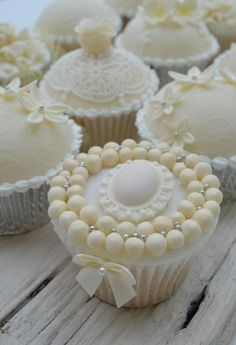Pearl Bracelet Wedding Cupcake Picture