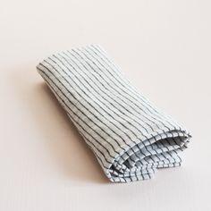Leinen Serviette in schwarz weiß gestreift fuer deinen gedeckten Tisch  Material: 100 % Leinen, gewaschen,+/- 195 g/m2 Maße: 43x43cm Material, Sustainable Gifts, Black White Stripes, Napkins, Ceilings