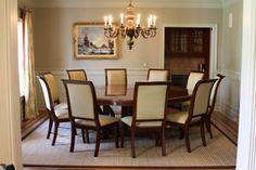 mesa grande redonda con sillas tapizadas en cuero