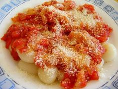 Una de las pastas favoritas. Este plato es exquisito para degustar en cualquier momento. Copia esta receta de ñoquis de papas caseros con salsa de tomate