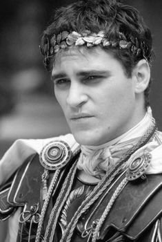 Joaquin Phoenix as Commodus in a dramatic monologue for men in the film Gladiator, 2000 Gladiator 2000, Gladiator Movie, Gladiator Maximus, Commodus Gladiator, Joaquin Phoenix Gladiator, Books Art, Empire Romain, Victorian Dresses, Crowns