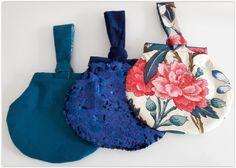 Sac à porter au poignet Kocotte cousu par Elisabeth - Vienne - Tissu(s) utilisé(s) : 3 modèles différents pour les bals de Vienne - Patron Sacôtin : Kocotte