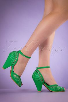 With these 50s Willow Mary Jane Pumpsyou'll be a true exotic vintage diva!Your feet will shine in these gorgeous 50s style pumps with a summer feel! Made from green faux leather with gracious cut outs and white seams to create leaves, peeptoe and adjustable ankle straps. They'll fit perfectly thanks to the comfy footbed and the beautiful heel. Willow will complete any summer outfit!   Adjustable ankle strap Gold toned buckle Peeptoe Comfy insole with leather Rubber...
