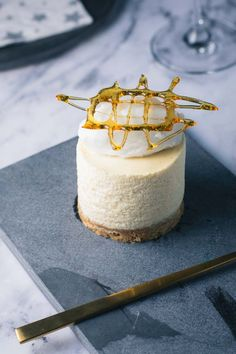 Passionsfrugtmousse dessert. Smuk og frisk nytårsdessert med eksotiske smage. Hjemmelavet passionsfrugtmousse dessert til nytår. Detaljeret opskrift!