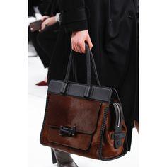 Tod's Fall 2017 Ready-to-Wear Fashion Show- See detail photos for Tod's Fall 2017 Ready-to-Wear collection. Handbags On Sale, Luxury Handbags, Purses And Handbags, Leather Handbags, Leather Bag, Designer Handbags, Beautiful Handbags, Beautiful Bags, Mode Style