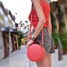 Coral ⭕️ bag! . #leatherbag #circlebag #coralbag #uniquebag #perfectgift #summerbag #summercolors #styleblogger #styleversabag #styleversa