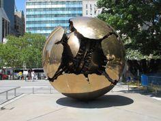 Esfera com esfera, 1996,  Arnaldo Pomodoro (Itália, 1926) Coleção de Arte das Nações Unidas  Nova York