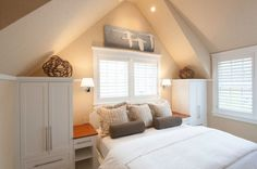45 Small Bedroom Design Ideas and Inspiration - Love this room. small windows above bed. Cozy Small Bedrooms, Small Bedroom Designs, Loft Bedrooms, Design Bedroom, Home Bedroom, Bedroom Decor, Garage Bedroom, Bedroom Photos, Decorating Bedrooms