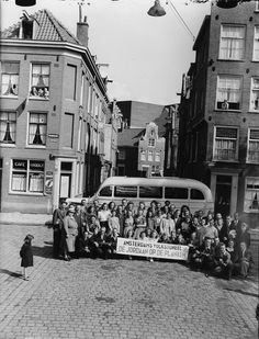 Amsterdams Volkstoneel 'De Jordaan op de planken' met bus op de Palmgracht, Amsterdam, 20 juni 1948 Foto Ben van Meerendonk