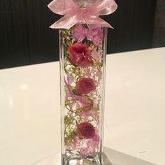 ♡♡♡可愛いハートリーフと薔薇のハーバリウム♡♡♡今新感覚のお洒落なインテリアで大流行✳︎お誕生日やご結婚のお祝いの贈り物にも大変喜んで頂けるお品だと思います。また女子力を高めたい時のご自分へのプレゼンにいかがでしょうか(*^^*)※ハーバリウムとは「植物標本」という意味です。 ドライフラワーやプリザーブドフラワーを特別な保存液に浸すことで お手入れを気にしないで長く植物のある生活をお楽しみ頂けます。 ♡ガラス瓶の中で優しく揺れ動く可愛らしいお花達♡♡夏のインテリアにぴったりです♡♡光に照らされてキラキラと輝く幻想的なハーバリウムの 美しい世界をお楽しみいただくことができます。♡中に入っているお花は、すべて本物のお花のドライフラワーです✳︎円錐形ボトル縦22㎝ 底幅10㎝このデザイン以外でもご希望があればお色違いなどお作り致します!♡♡♡ハーバリウムとは♡♡♡特別な液体(オイル)で瓶詰めされた植物標本です。植物はお手入れ不要で約1年以上鑑賞できます。☆植物は個体差があります。☆配送中の植物の配置の移動などある可能性がありますが ご理解お願いします。☆ひとつひとつ丁寧に...
