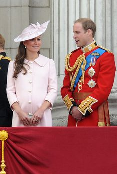 Kate Middleton - Catherine, Duchess of Cambridge and Prince William, Duke of Cambridge, Princess Eugenie and Princess Beatrice stand on the balcony during the annual 'Trooping the Colour' ceremony at Buckingham Palace in London Kate Middleton Et William, Kate Middleton Photos, Prince William And Catherine, Kate Middleton Style, William Kate, Trooping The Colour, Herzogin Von Cambridge, Alexander Mcqueen Dresses, Princess Kate