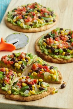 When you have fresh pita bread on hand—or any other flatbread, for that matter—homemade pizza is just minutes away. Topped with a tasty corn and black bean combo, these Tex-Mex pita pizzas are assembled after the pita crusts have been crisped in the oven so they won't get soggy. We've kept the topping mild so it will appeal to adults and kids alike, but you can always adjust the heat level with the salsa you choose. Vegetarian Pita Recipe, Vegetarian Options, Vegan Recipes, Vegetarian Pizza, Plant Based Diet, Plant Based Recipes, Pita Pizzas, Whole Wheat Pita, Cooking Courses