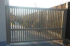 Handmatige opritpoort in poederlak in zelfde kleur als de ramen van de woning Meer info: www.emts.be  #gate #modern #metal #portail #garden #porte #jardin #green