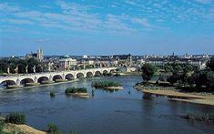 Tours et, au premier plan, le pont Wilson sur la Loire.