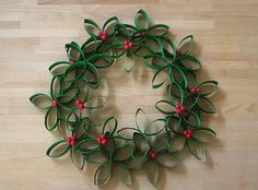 Make unusual Christmas decorations yourself - 42 craft ideas with toilet paper rolls - Weihnachtsbasteln - Toilet Paper Roll Art, Rolled Paper Art, Xmas Wreaths, Christmas Decorations, Holly Wreath, Paper Wreaths, Beach Wreaths, Craft Decorations, Poinsettia Wreath
