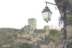 Belcastel (Aveyron, France) Le château fort vu depuis la rue de l'église