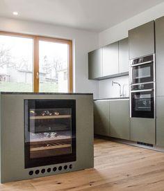 Hochwertige INTUO-Küche in edlen Grau- und Grüntönen designed von homeART Gartner Kitchen, Home Decor, Gray, Projects, Cuisine, Homemade Home Decor, Home Kitchens, Interior Design, Kitchens