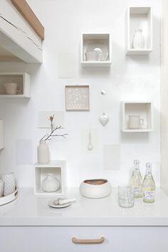 Fargevalget går igjen i hele huset. Fra kritthvitt til dus rosa og beige. Små hyller med søte keramikkgjenstander pynter opp veggen.