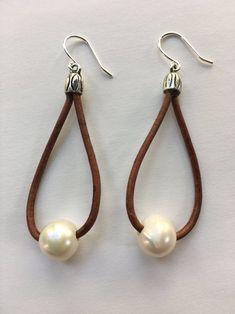 Pearl on Leather Hoop Earrings image 4 Diy Earrings, Leather Earrings, Leather Jewelry, Pearl Earrings, Hoop Earrings, Diy Jewelry Kit, Jewelry Design, Gift Labels, Pearl Jewelry